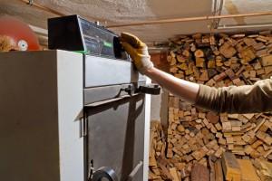 Duży kocioł centralnego ogrzewania na drewno