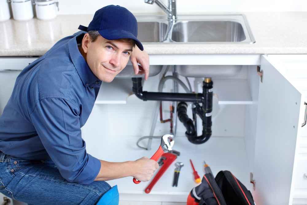 hydraulik pracuje w kuchni